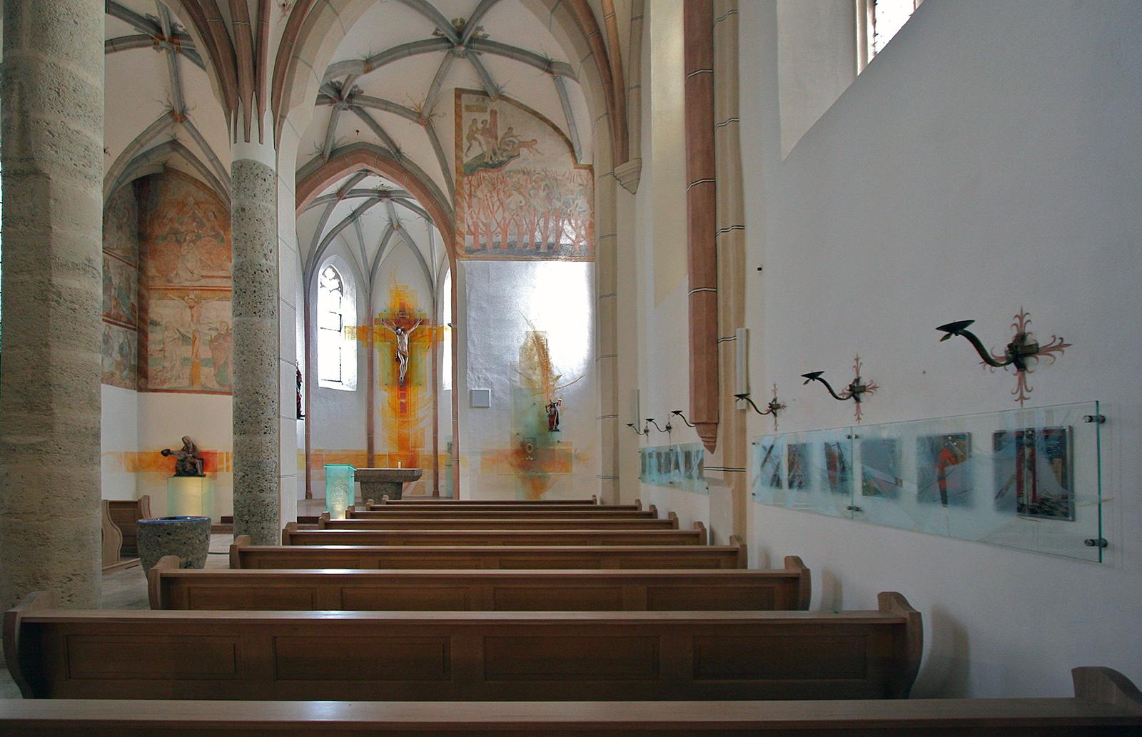 Kath. Kirche Heiligkreuz Chiemsee, Wand-und Glasgestaltung